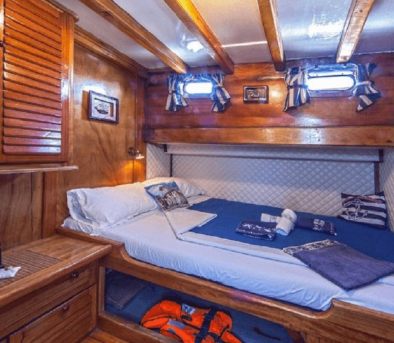 Discover Trogir surroundings on this Custom Custom boat