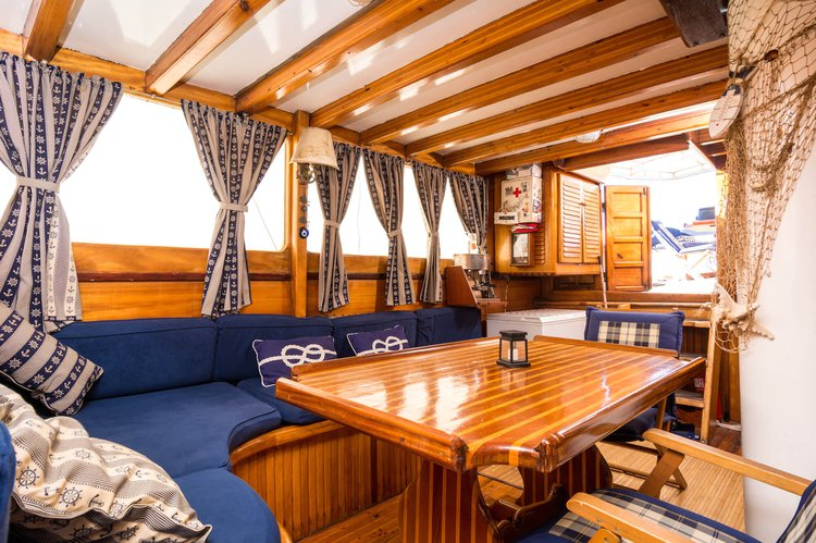 Up to 14 persons can enjoy a ride on this Classic boat