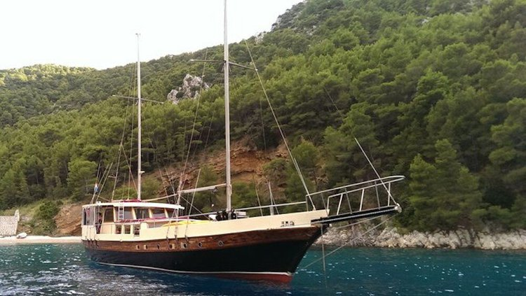 Up to 10 persons can enjoy a ride on this Classic boat
