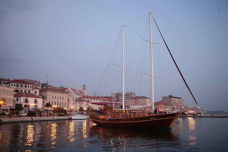 Discover Dubrovnik surroundings on this Custom Custom boat