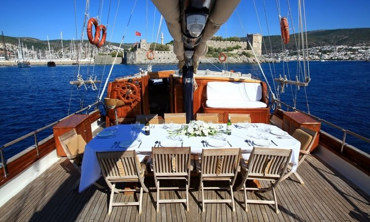 Up to 16 persons can enjoy a ride on this Classic boat