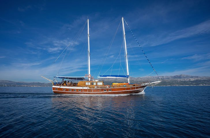 Up to 15 persons can enjoy a ride on this Classic boat