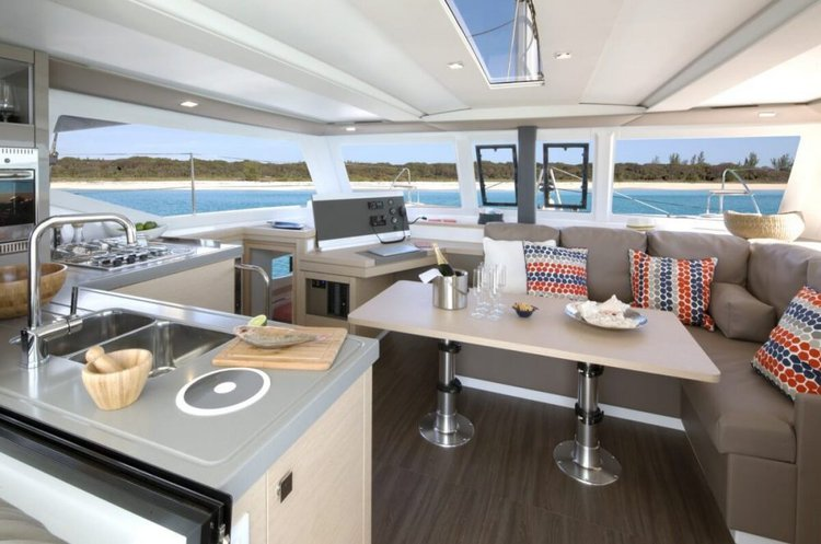 This 40.0' Fountaine Pajot cand take up to 6 passengers around Annapolis