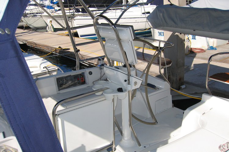 Discover Marina Del Rey surroundings on this 41AC Hunter boat