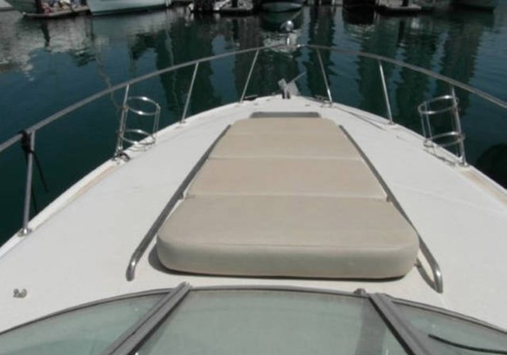 This 30.0' Chaparral cand take up to 6 passengers around Miami