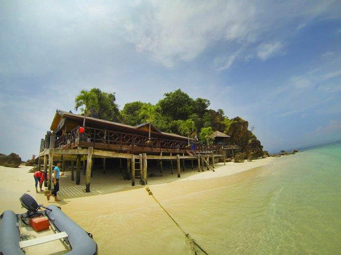 Discover Phuket surroundings on this Sunseeker 56 Custon boat