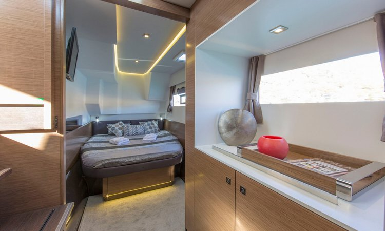 Discover Lisboa surroundings on this Custom Fountaine Pajot boat
