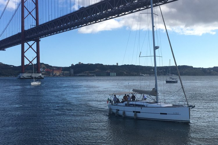 Cruiser boat rental in Doca de Alcântara - Porto de Lisboa,