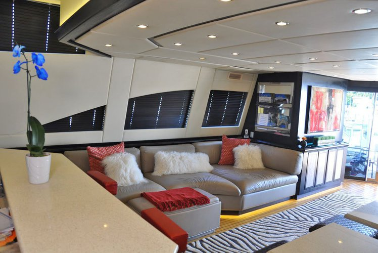 This 105.0' Leopard cand take up to 12 passengers around Miami