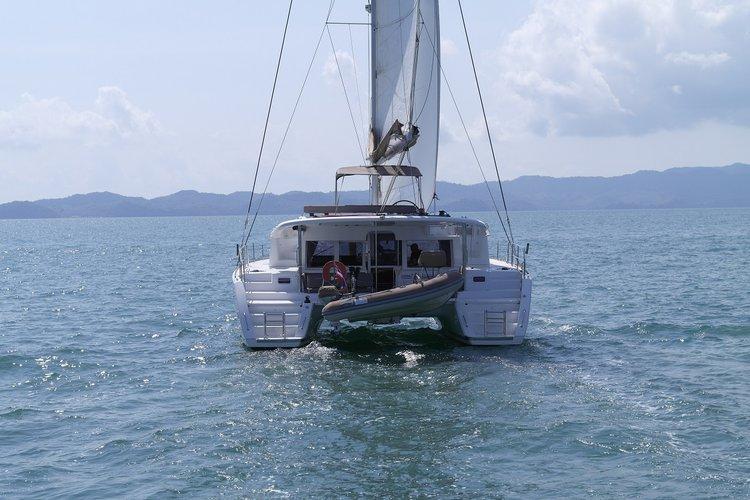 This 45.1' Lagoon cand take up to 10 passengers around Phuket