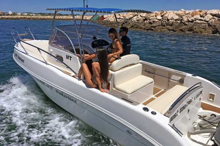 Up to 7 persons can enjoy a ride on this Walkaround boat