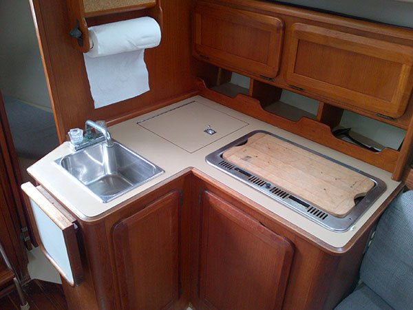 Discover Oxnard surroundings on this Hunter 28 Hunter boat