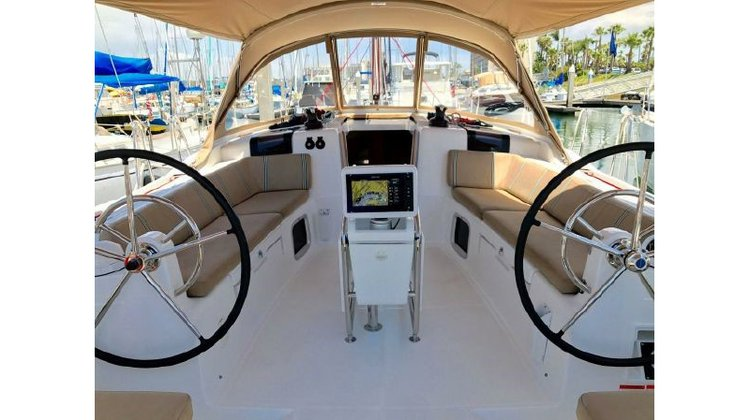 Discover Long Beach surroundings on this Jeanneau 44 Jeanneau boat