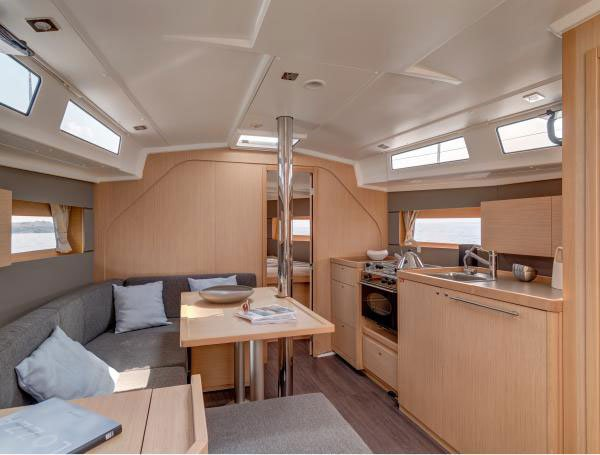 This 45.0' Beneteau cand take up to 12 passengers around Long Beach