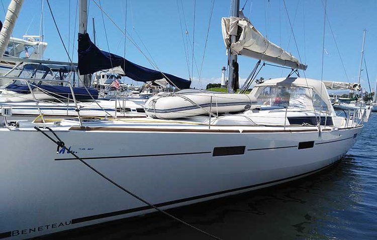 This 45.0' Beneteau cand take up to 6 passengers around Long Beach