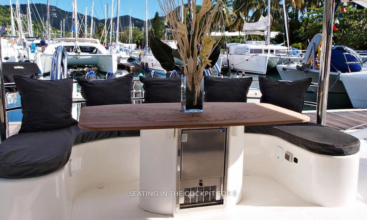 This 50.0' Dean Catamarans cand take up to 6 passengers around