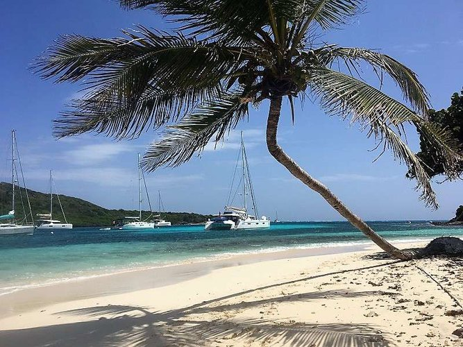 This 57.0' FOUNTAINE PAJOT cand take up to 8 passengers around Nancy Cay