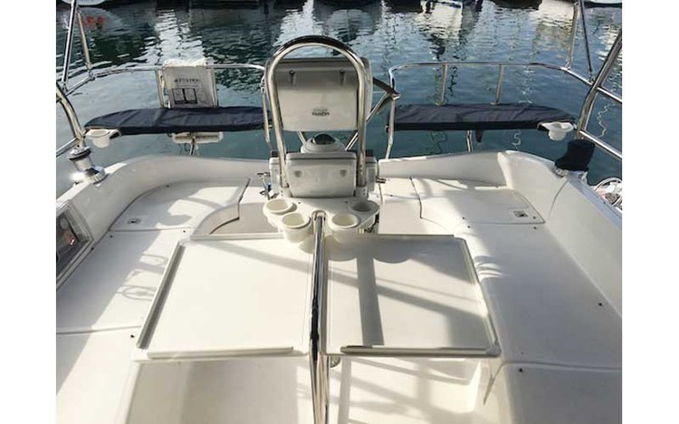 Discover Marina Del Rey surroundings on this 41 DS Hunter boat