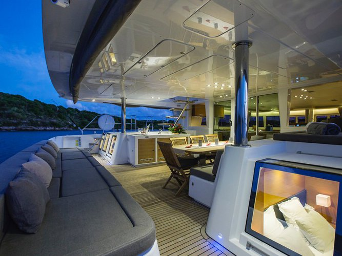 Discover Nancy Cay surroundings on this Custom Lagoon boat