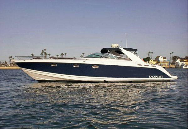 This 40.0' DONZI cand take up to 12 passengers around Newport Beach