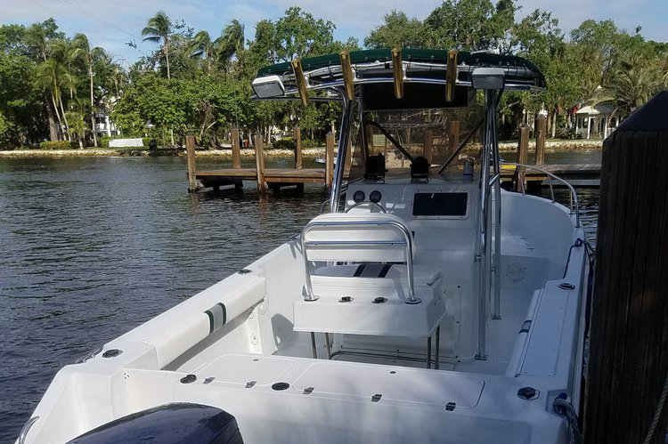 Discover Fort Lauderdale surroundings on this 255 ProSport boat