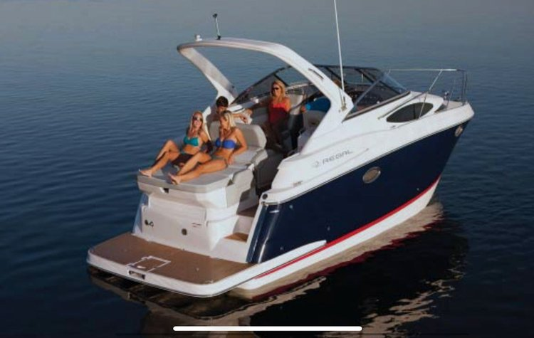 This 30.0' Regal cand take up to 10 passengers around Aventura