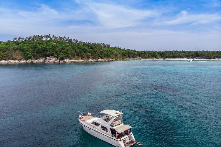 This 47.0' Sea Hawk Taiwan cand take up to 10 passengers around Phuket