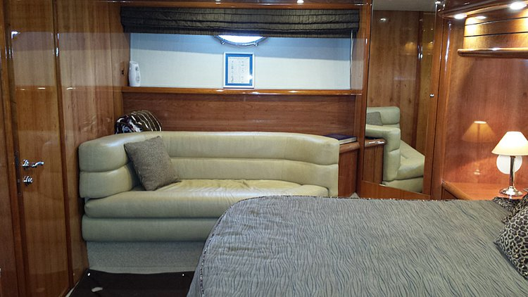 Discover Newport Beach surroundings on this Manhattan Sunseeker boat