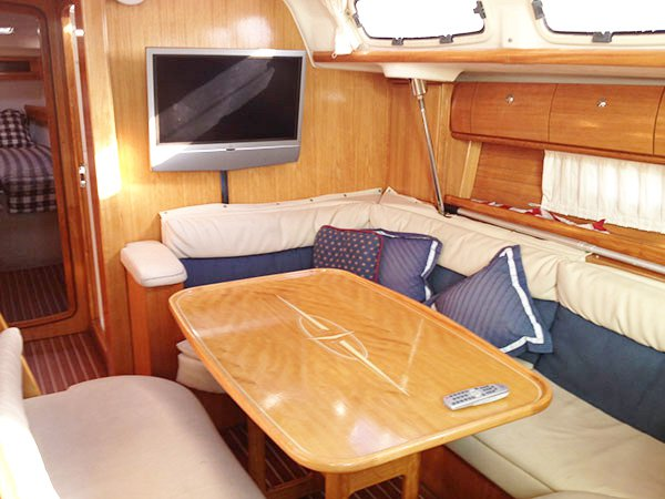 Discover Long Beach surroundings on this 46 Bavaria boat