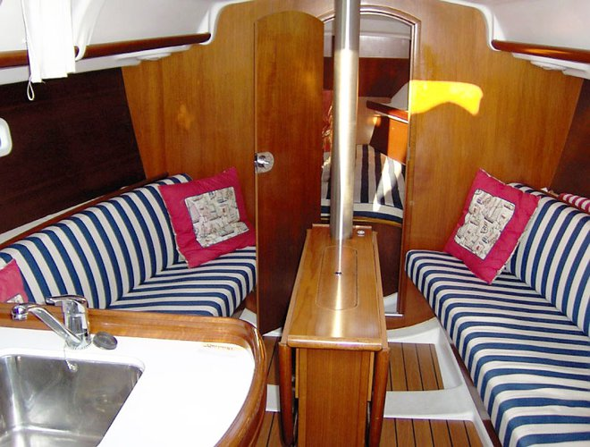 Discover Marina Del Rey surroundings on this 323 Beneteau boat