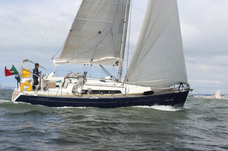 Discover Lisboa surroundings on this Oceanis 37 Beneteau boat