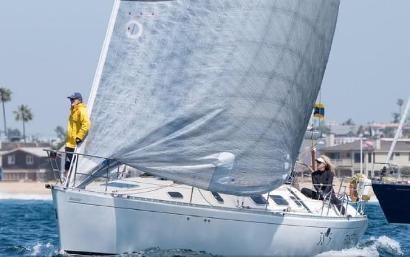 Enjoy sailing in California aboard Beneteau 38S5