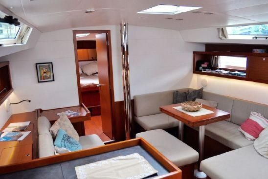 This 45.0' Beneteau cand take up to 6 passengers around True Blue