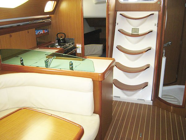Up to 12 persons can enjoy a ride on this Jeanneau boat