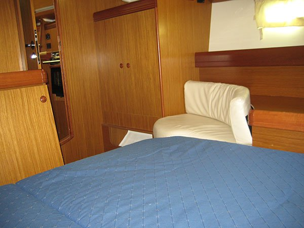 Discover Oxnard surroundings on this 42 DS Jeanneau boat