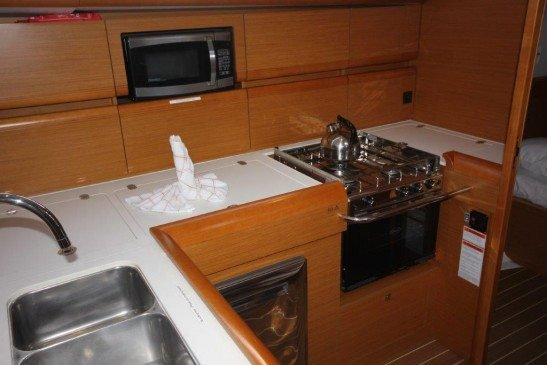 Discover Nanny Cay surroundings on this 509 Jeanneau boat