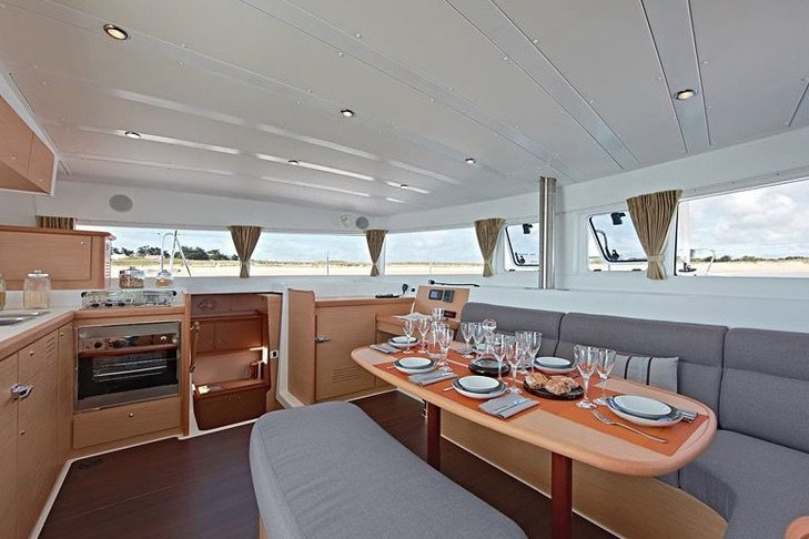This 42.1' Lagoon cand take up to 18 passengers around Lisboa