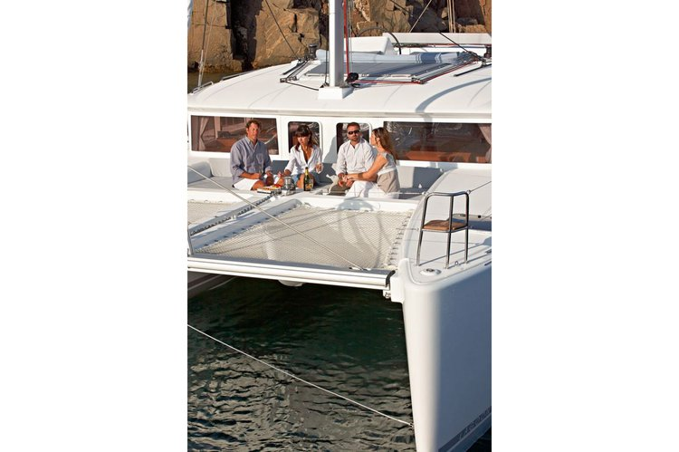 Discover Nanny Cay surroundings on this 450 Flybridge Lagoon boat