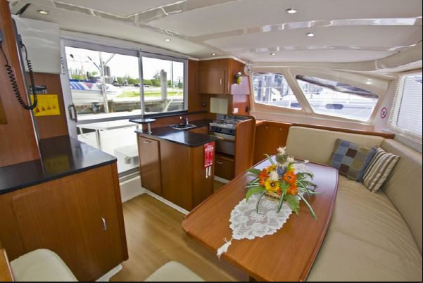 Discover St. Vincent surroundings on this 384 Leopard boat