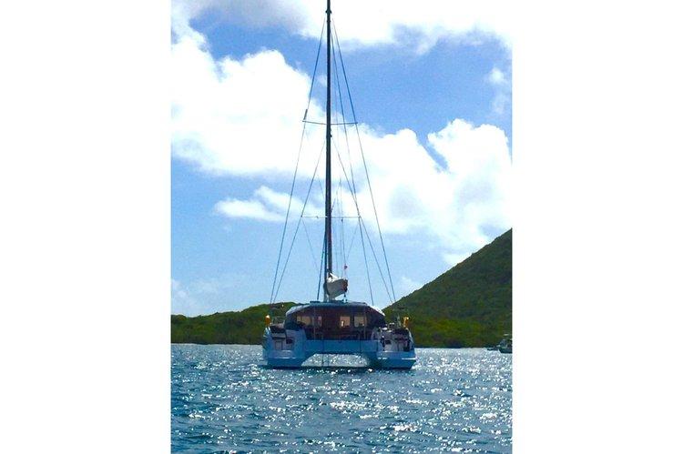 This 39.0' Nautitech cand take up to 6 passengers around Nanny Cay