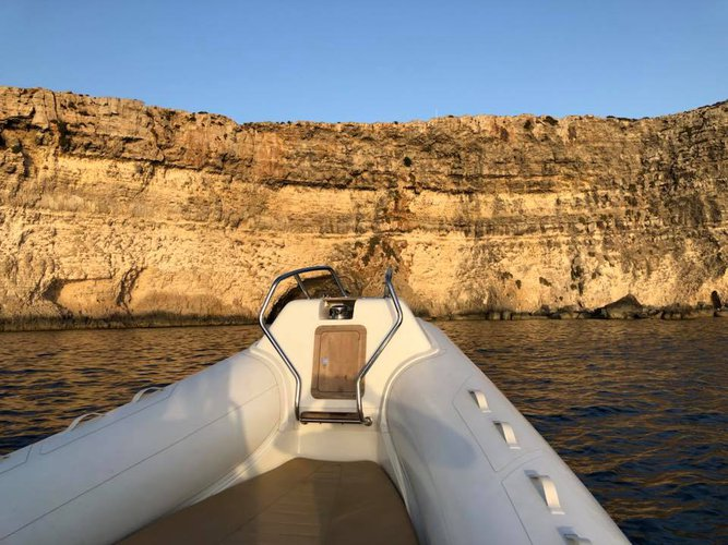 This 22.3' Sacs cand take up to 8 passengers around Msida