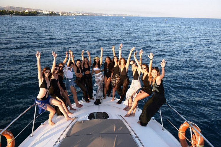 Up to 16 persons can enjoy a ride on this Sea Ray boat