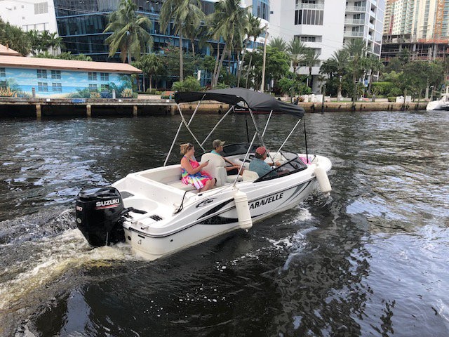 This 19.0' Caravelle cand take up to 6 passengers around Fort Lauderdale