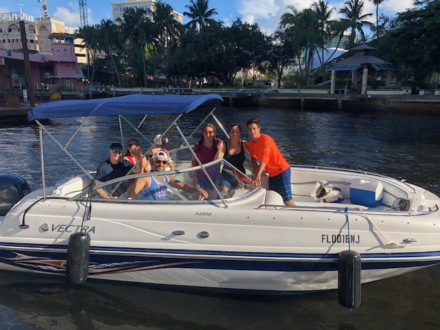 Discover Fort Lauderdale surroundings on this 2302 Vectra boat