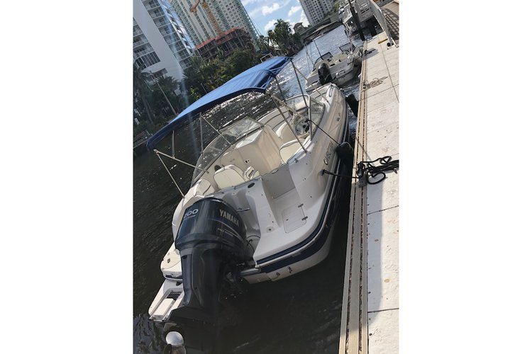 This 23.0' Vectra cand take up to 12 passengers around Fort Lauderdale