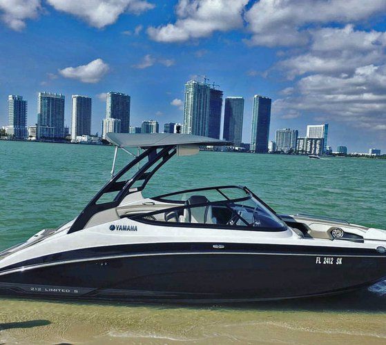 This 21.0' Yamaha cand take up to 8 passengers around MIAMI