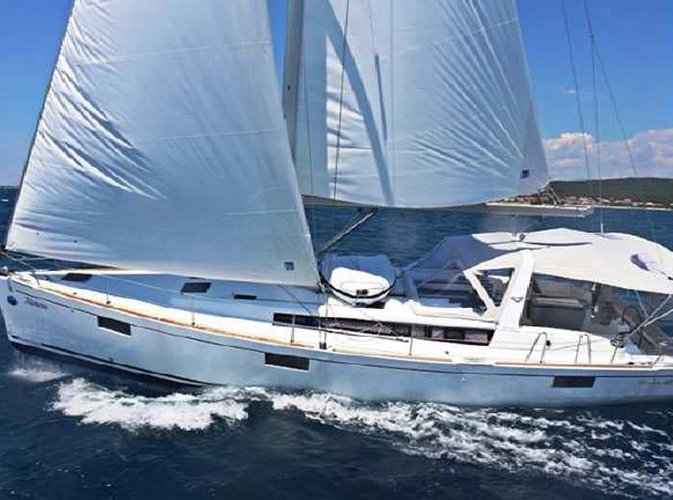 This 48.0' Beneteau cand take up to 12 passengers around St Julian's