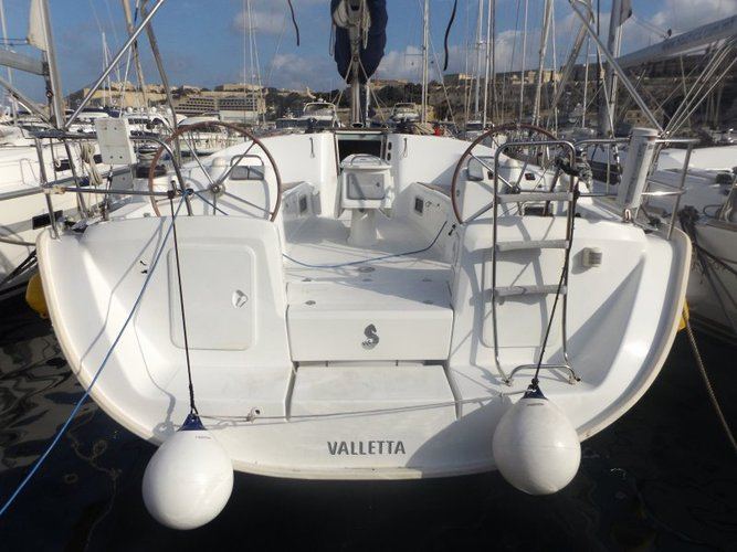 This 50.5' Beneteau cand take up to 11 passengers around St Julian's