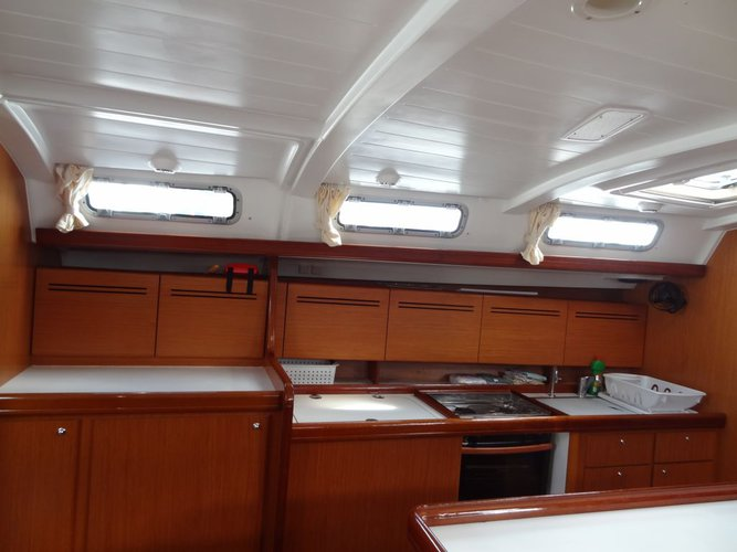 Discover St. George'S surroundings on this 51.5 Beneteau boat