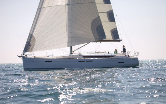 This 45.1' Jeanneau cand take up to 10 passengers around Abaco